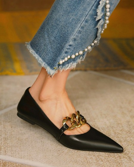 Pointed-toe Solid Color Splicing Chain Flat Slip-on
