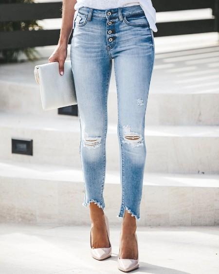 Calça jeans com recorte rasgado com design de bolso abotoado