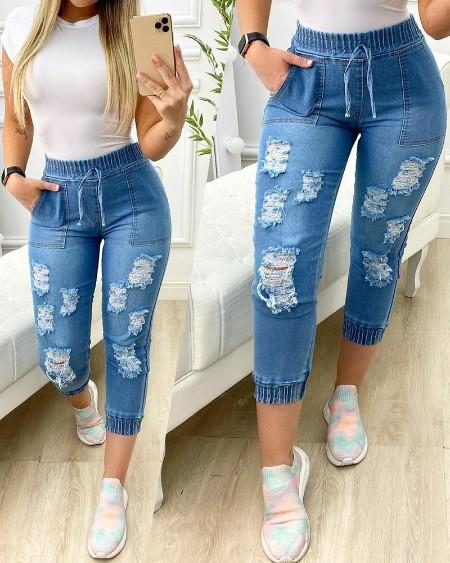 Calças jeans rasgadas com detalhes de bolso com cordão na cintura