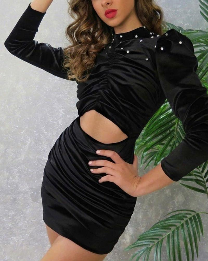 Vestido ajustado fruncido con aberturas y pedrería