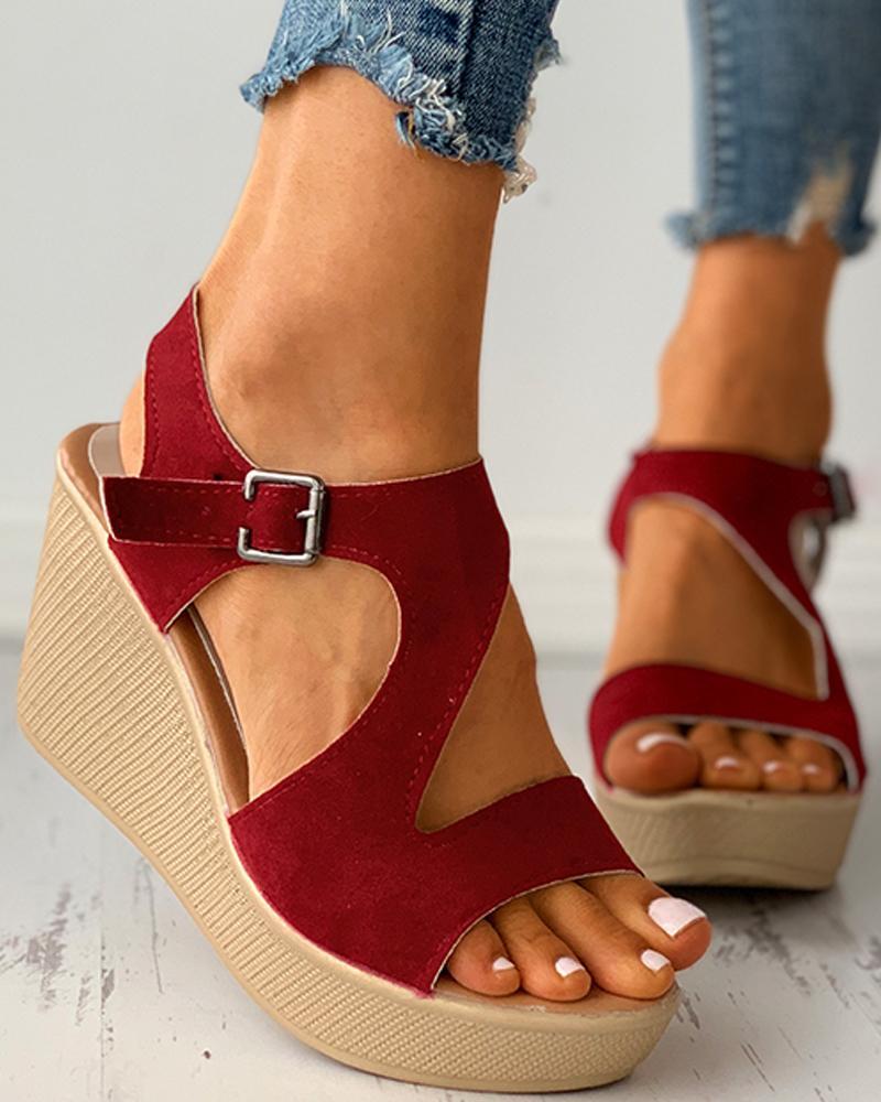 Sandales compensées en daim découpées à bout ouvert et boucle