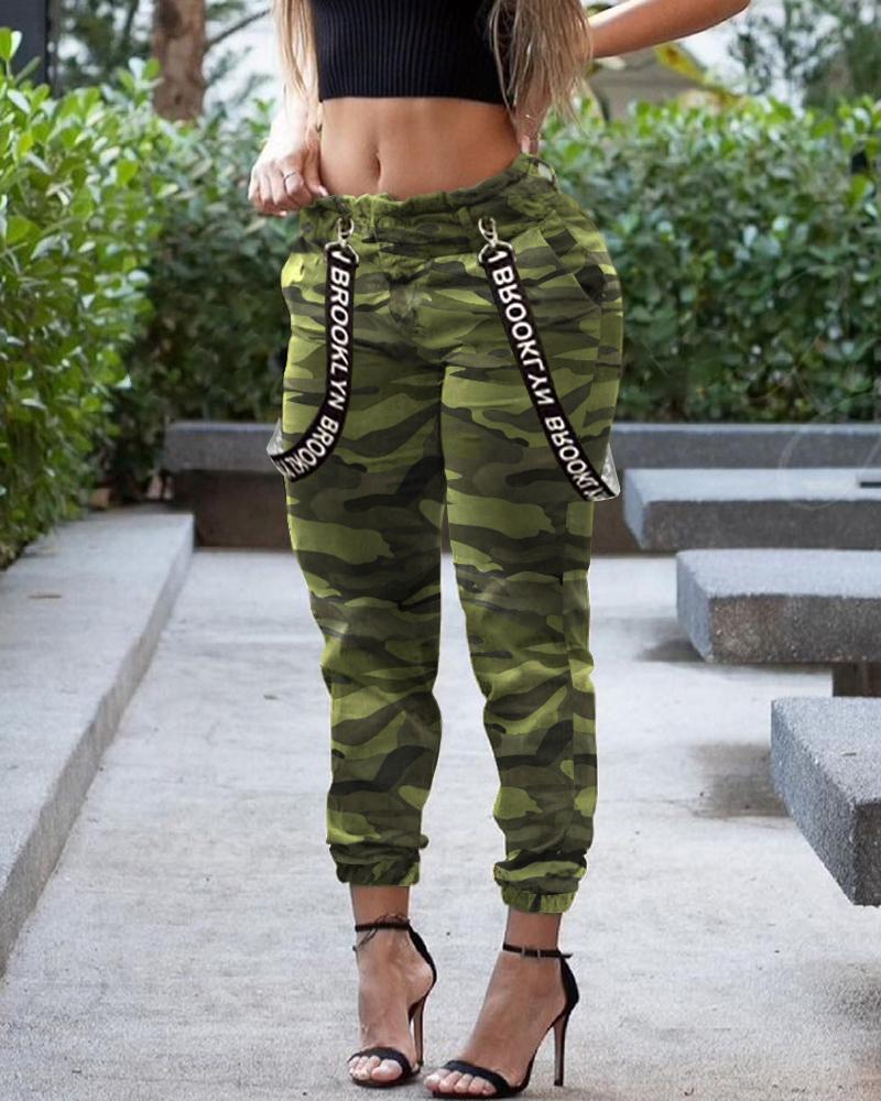 Pantalon à revers à imprimé camouflage et bride de lettre